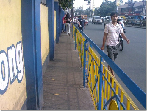 The sidewalk along Shaw Boulevard in front of Lourdes School of Mandaluyong made narrow by newly installed railings.